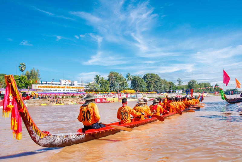 PHITSANULOKE, ΤΑΪΛΑΝΔΗ - 21 ΣΕΠΤΕΜΒΡΊΟΥ: Μη αναγνωρισμένο πλήρωμα στο παραδοσιακό ταϊλανδικό μακροχρόνιο φεστιβάλ ανταγωνισμού βα στοκ φωτογραφία με δικαίωμα ελεύθερης χρήσης
