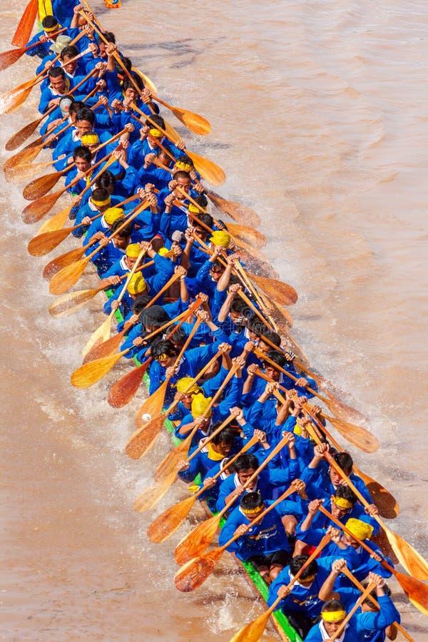 PHITSANULOKE, ТАИЛАНД - 21-ОЕ СЕНТЯБРЯ: Экипаж метода укладки в форме неопознанный в традиционном тайском длинном фестивале конку стоковые изображения rf