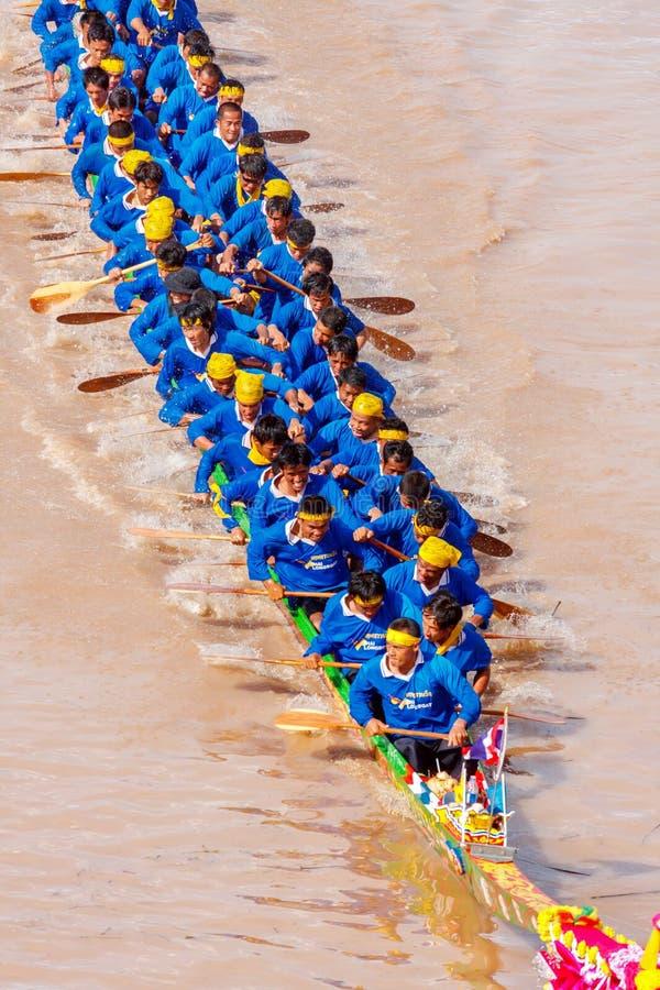 PHITSANULOKE, ТАИЛАНД - 21-ОЕ СЕНТЯБРЯ: Экипаж метода укладки в форме неопознанный в традиционном тайском длинном фестивале конку стоковые фото