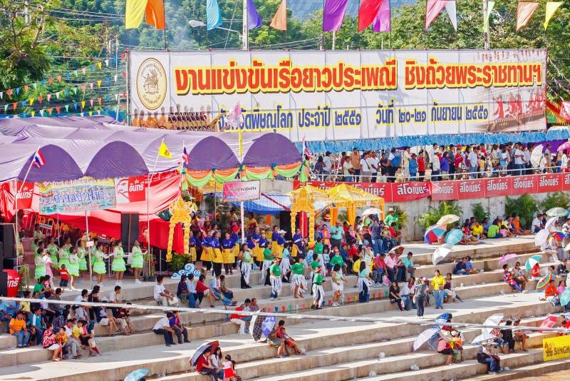 PHITSANULOKE, TAILÂNDIA - 21 DE SETEMBRO: Grupo não identificado no festival longo tailandês tradicional da competição dos barcos foto de stock