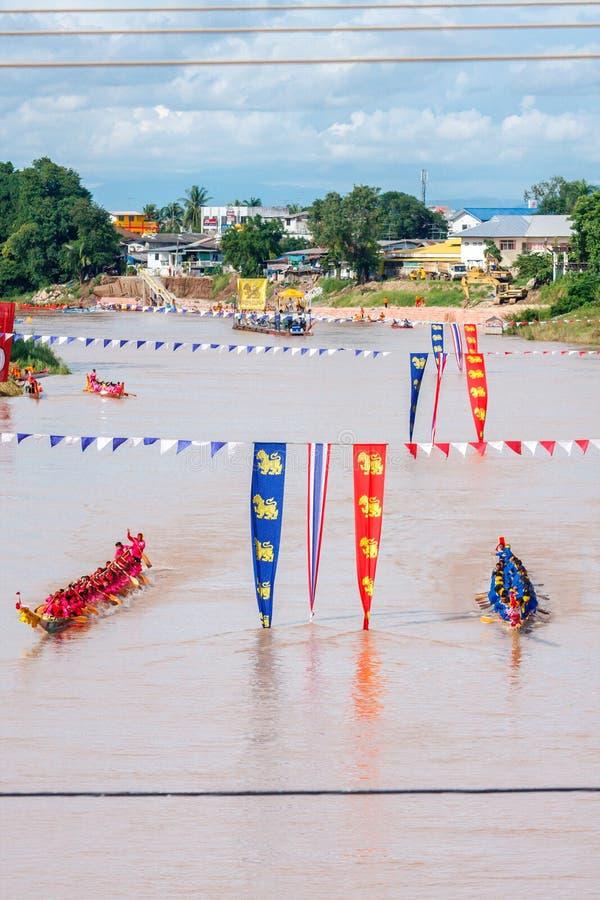 PHITSANULOKE, THAILAND - 21. SEPTEMBER: Nicht identifizierte Mannschaft im traditionellen thailändischen langen Bootswettbewerbsf lizenzfreies stockbild
