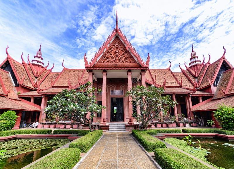 Phnom Penh Cambodja - December 31, 2016: Sikt av det nationella museet av Cambodja från borggården arkivbilder