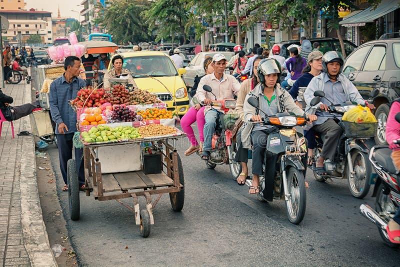 PHNOM PENH, CAMBOYA - 29 DE DICIEMBRE DE 2013: Circulación densa a través del ci foto de archivo