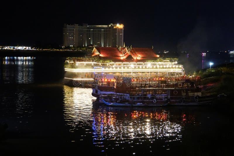 Phnom Penh flodstrand på natten, Kambodja fotografering för bildbyråer