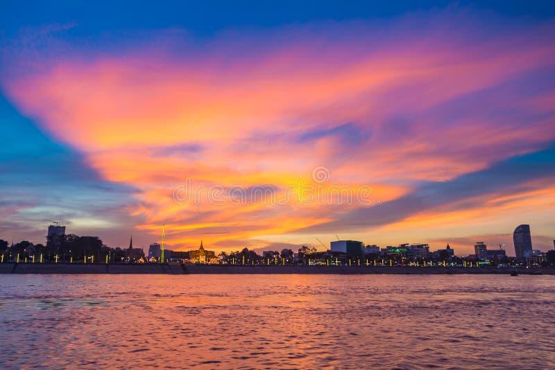 Phnom- Penhskyline an der Hauptstadt des Sonnenuntergangs von Kambodscha-Königreich, Panoramaschattenbildansicht vom Mekong, Reis stockfoto