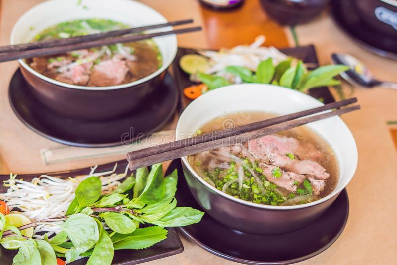 Pho BO - βιετναμέζικη φρέσκια σούπα νουντλς ρυζιού με το βόειο κρέας, χορτάρια και στοκ εικόνες με δικαίωμα ελεύθερης χρήσης