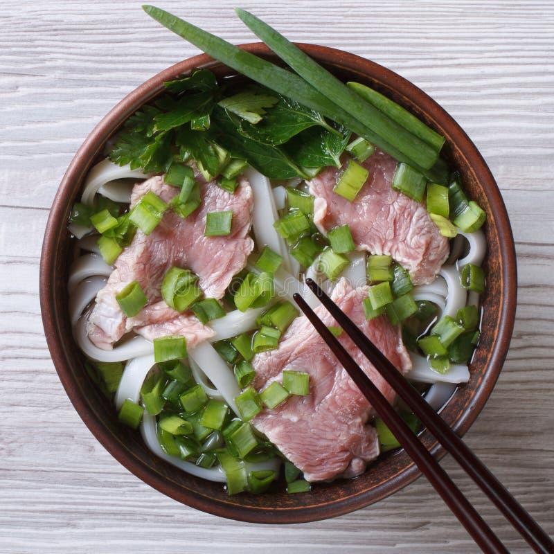 Pho BO de la sopa con carne de vaca, los tallarines de arroz y la opinión superior de las verduras imagenes de archivo