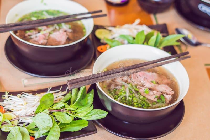 Pho BO - de Vietnamese verse soep van de rijstnoedel met rundvlees, kruiden en royalty-vrije stock afbeeldingen