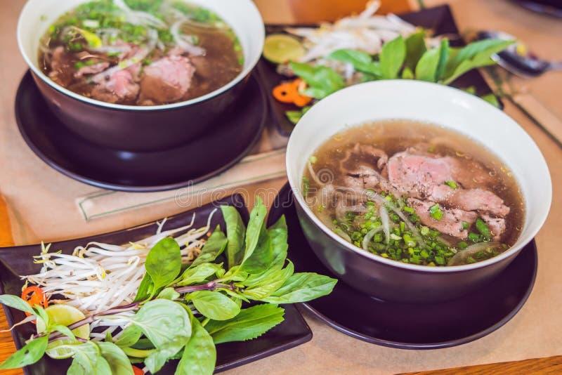 Pho BO - sopa de fideos fresca vietnamita del arroz con la carne de vaca, hierbas y fotos de archivo libres de regalías