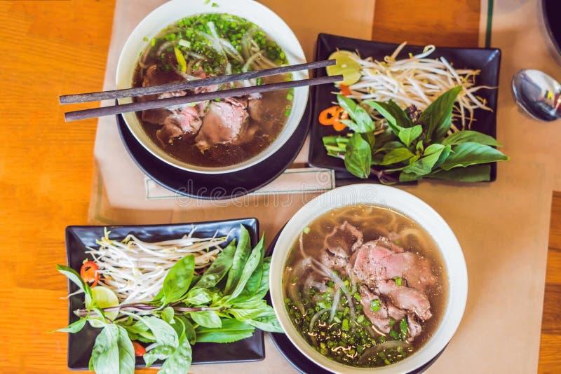 Pho BO - sopa de fideos fresca vietnamita del arroz con la carne de vaca, hierbas y foto de archivo