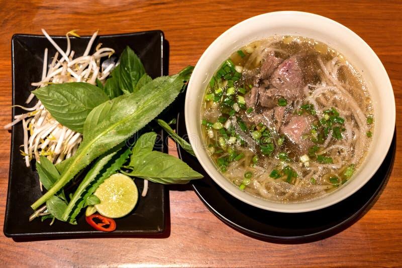Pho, eine populäre vietnamesische Rindfleisch-Nudelsuppe stockfotos