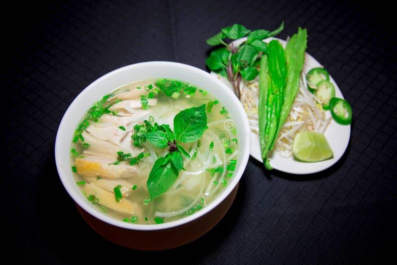 Pho GA ou soupe de nouilles vietnamienne de riz avec le poulet découpé en tranches image stock