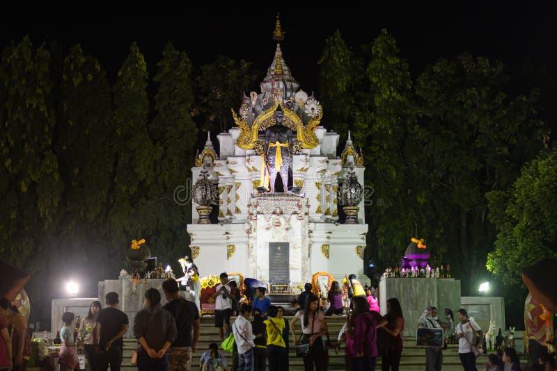 Pho Khun Ngam Mueng Monument med folkgrupp i Loi Krathong-festivalen i Phayao Thailand royaltyfria bilder
