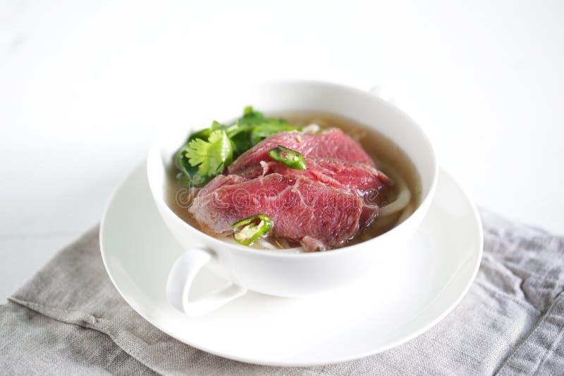 Pho-Rinderbestandsuppe mit Reis Udonnudeln und Korianderkraut stockfoto