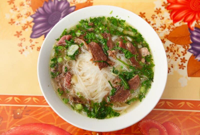 Pho vietnamesische Suppe mit Fleisch und Nudeln lizenzfreie stockfotografie