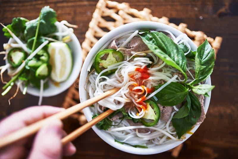 Pho vietnamita con la salsa piccante di sriracha fotografia stock libera da diritti