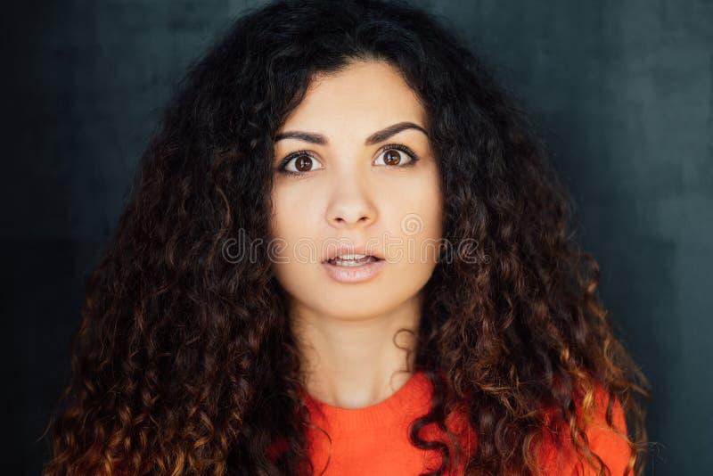 Phobie d'expression du visage de jeune femme effray?e par choc image libre de droits
