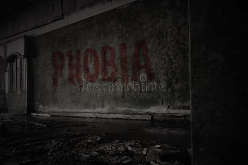 Phobie des textes sur le mur sale dans une maison ruinée abandonnée photos stock