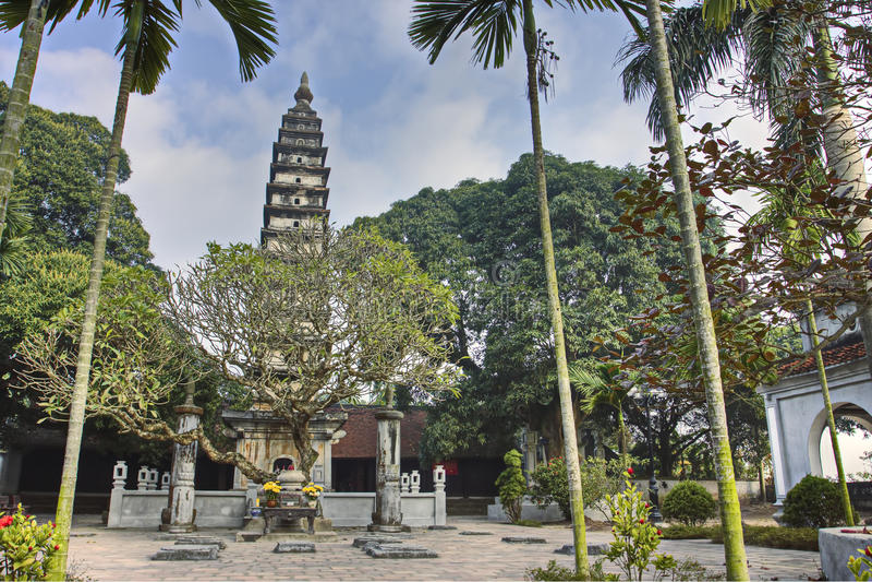 Phoen Minh Tower som byggs i 1262 i Namdinh, Vietnam. royaltyfri fotografi