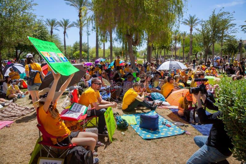 """PHOENIX, †de ARIZONA-USA """"18 DE MAIO DE 2019 - multidão com sinais no Arizona março para a liberdade médica imagens de stock"""