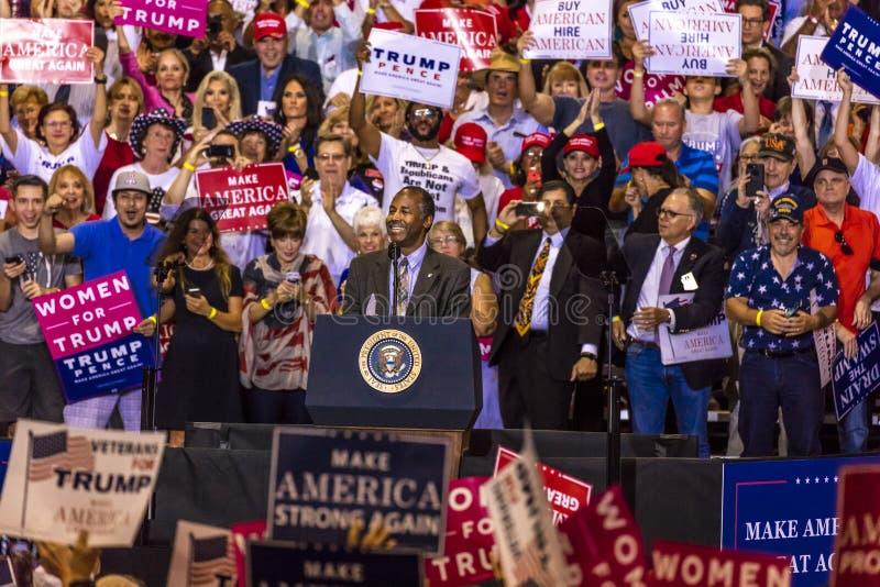 PHOENIX, AZ - 22. AUGUST: Minister für Wohnung und Stadtentwicklung Ben Carson erscheint vor a Donald Trump, Phoenix lizenzfreie stockfotografie