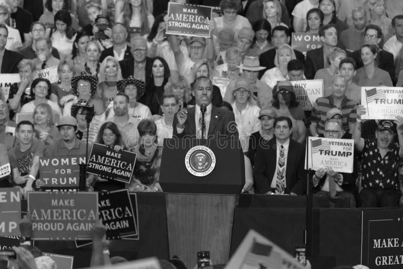 PHOENIX, AZ - 22. AUGUST: Minister für Wohnung und Stadtentwicklung Ben Carson erscheint vor a Kampagne, Convention Center stockfotos