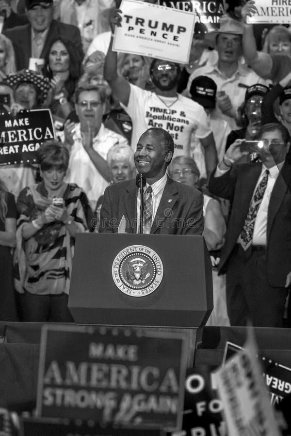 PHOENIX, AZ - 22. AUGUST: Minister für Wohnung und Stadtentwicklung Ben Carson erscheint vor a Stadium, Politik lizenzfreies stockbild