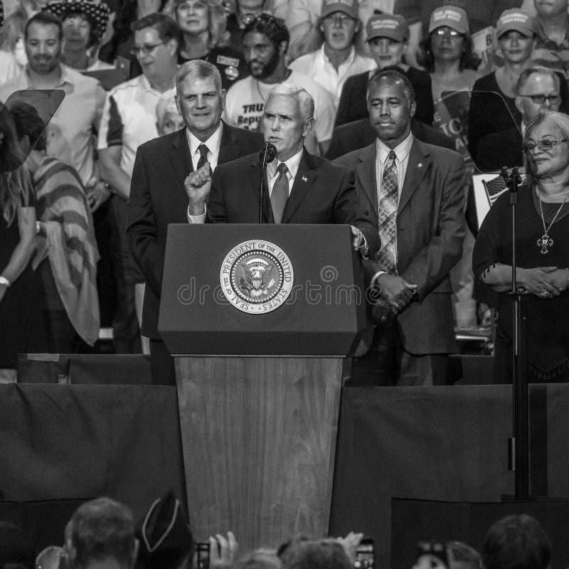 PHOENIX AZ - AUGUSTI 22: U S Vicepresident Mike Pence som flankeras av Frankin Graham (v) och Ben Arizona stor grupp människor arkivbilder