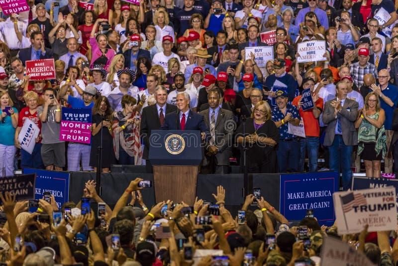 PHOENIX AZ - AUGUSTI 22: U S Vicepresident Mike Pence som flankeras av Frankin Graham (v) och Ben Entusiastiskt folkmassa royaltyfri bild