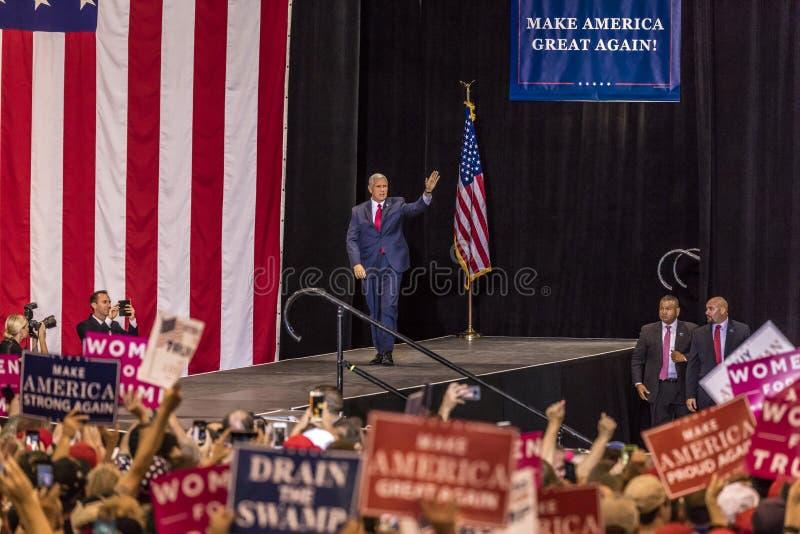 PHOENIX AZ - AUGUSTI 22: U S Vicepresidentet Mike Pence vinkar & välkomnar supportrar på en samla förbi Arizona vicepresident royaltyfri fotografi