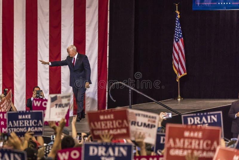 PHOENIX AZ - AUGUSTI 22: U S Vicepresidentet Mike Pence vinkar & välkomnar supportrar på en samla förbi Donald Trump samhällslära royaltyfria foton