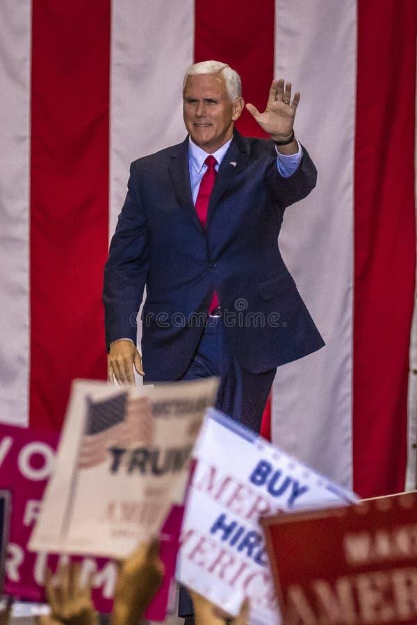PHOENIX AZ - AUGUSTI 22: U S Vicepresidentet Mike Pence vinkar & välkomnar supportrar på en samla förbi Samhällslära USA-presiden royaltyfri fotografi
