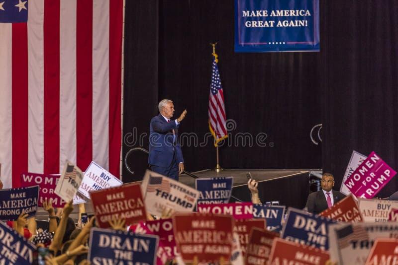 PHOENIX, AZ - 22 DE AGOSTO: U S Vicepresidente Mike Pence agita y acoge con satisfacción los partidarios en una reunión cerca Rec fotografía de archivo libre de regalías