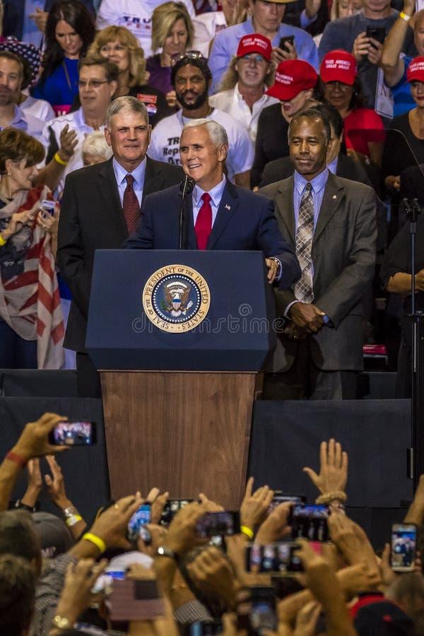 PHOENIX, AZ - 22 DE AGOSTO: U S Vicepresidente Mike Pence, flanqueado por Frankin Graham (l) y Ben Bandera de los E.E.U.U., Ben C imagen de archivo