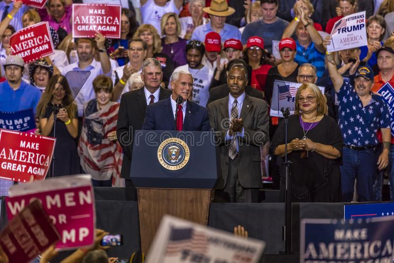 PHOENIX, AZ - SIERPIEŃ 22: U S Rozpusta - prezydenta Mike pens, flankujący Frankin Graham i Ben (L) Prezydent, Arizona obraz royalty free