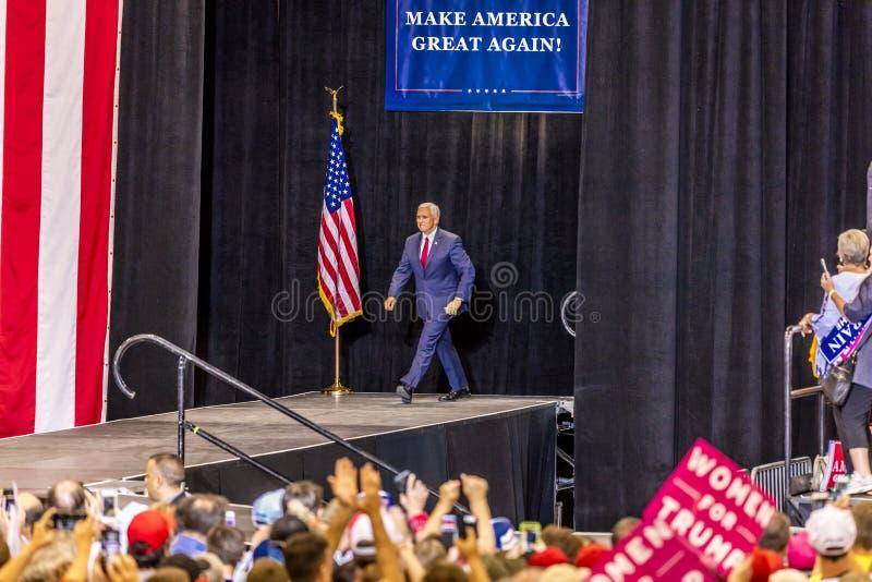 PHOENIX, AZ - SIERPIEŃ 22: U S Rozpusta - prezydenta Mike pens macha zwolenników obok & wita przy wiecem Phoenix convention cente zdjęcie stock