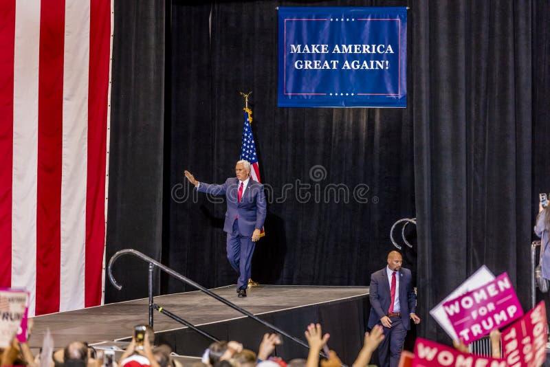 PHOENIX, AZ - SIERPIEŃ 22: U S Rozpusta - prezydenta Mike pens macha zwolenników obok & wita przy wiecem Phoenix, demokracja obraz stock