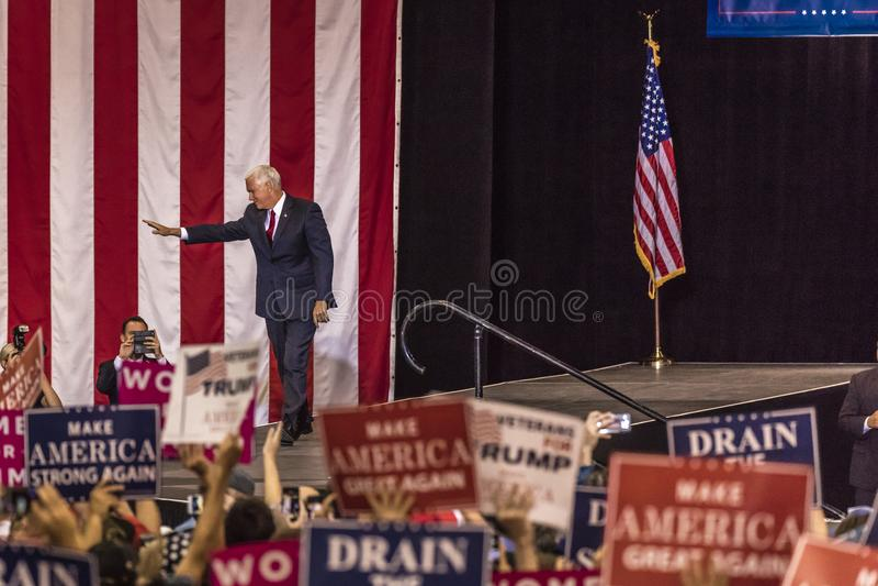 PHOENIX, AZ - SIERPIEŃ 22: U S Rozpusta - prezydenta Mike pens macha zwolenników obok & wita przy wiecem Donald atut, Civics zdjęcia royalty free