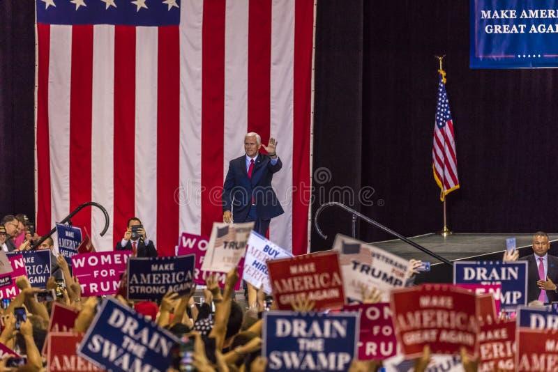 PHOENIX, AZ - SIERPIEŃ 22: U S Rozpusta - prezydenta Mike pens macha zwolenników obok & wita przy wiecem Rząd, demokracja obraz stock