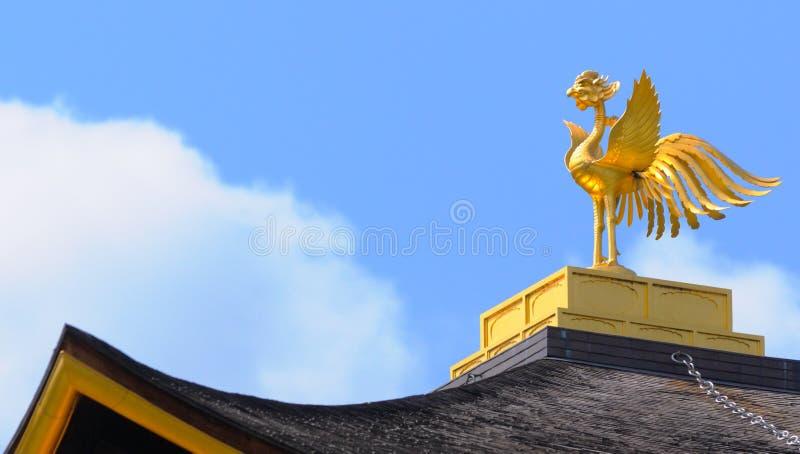 Phoenix d'or dans le dessus du pavillon de Kinkakuji images stock