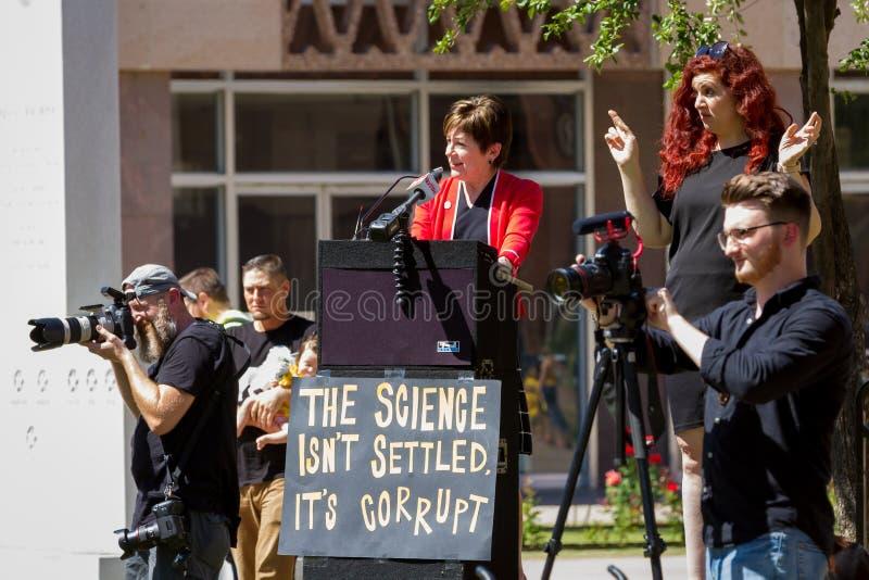 """PHOENIX, de Arizona-V.S. †""""18 MEI, 2019 - AZ Rep Nancy Barto spreekt in Arizona Maart voor Medische Vrijheid stock afbeelding"""
