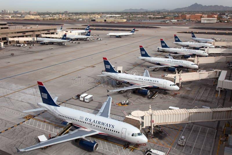 Aviões de US Airways no aeroporto do porto do céu de Phoenix foto de stock