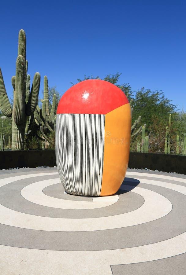 Phoenix/Tempe, o Arizona: Jun Kaneko Sculpture - CACTO de TRICOLORED imagens de stock