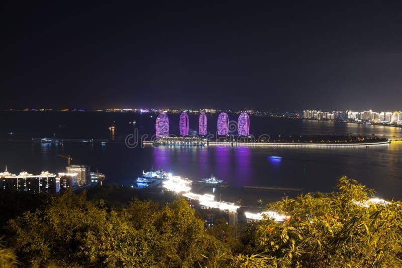 Phoenix - un'isola artificiale fuori dalla costa dell'isola di Hainan, Cina Panorama della città, del mare e delle costruzioni di immagini stock libere da diritti