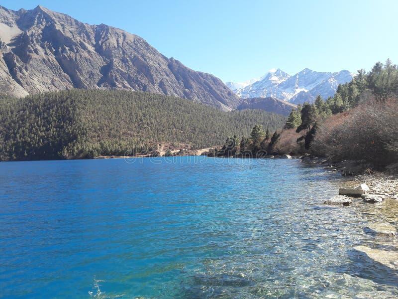 Phoksundo湖风景  免版税图库摄影