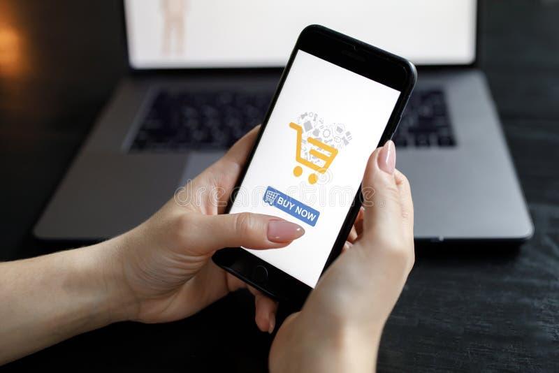 phone kvinnan Online-betalning Kvinnah?nder genom att anv?nda smartphone- och b?rbar datordatoren f?r online-shopping Betalningde royaltyfri foto