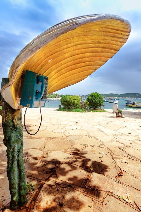 Phonebooth με μια Shell-διαμορφωμένη κάλυψη σε Buzios, Βραζιλία στοκ φωτογραφία με δικαίωμα ελεύθερης χρήσης