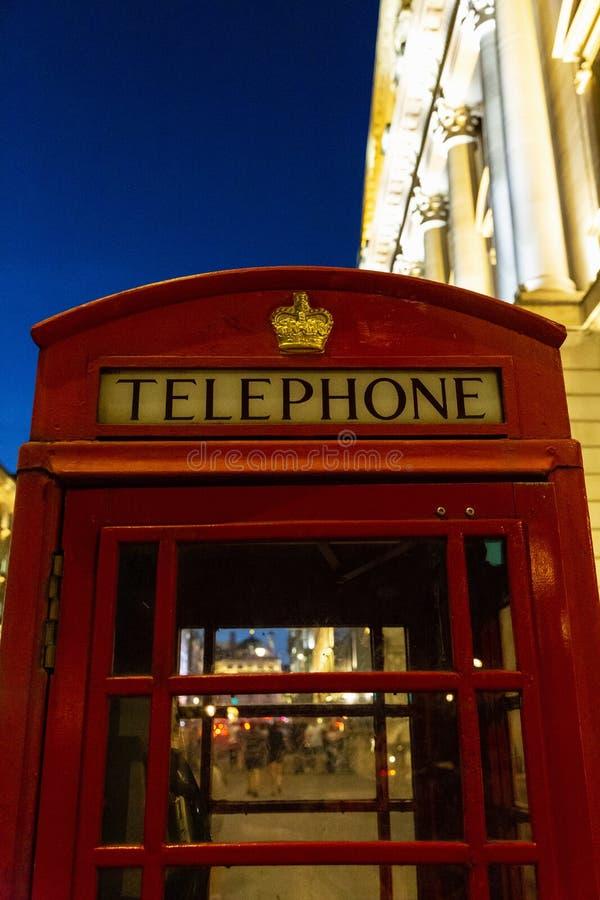 Phonebooth vermelho em Londres na noite imagem de stock royalty free