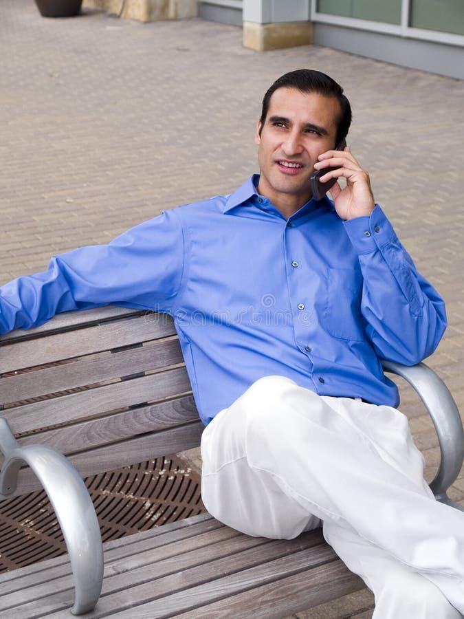 Phonecall latino-americano do homem de negócios fotografia de stock