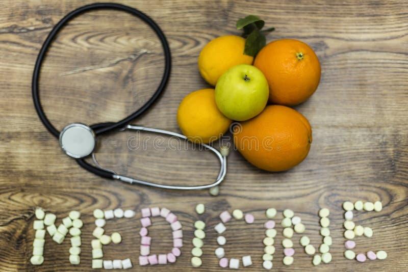 Phonendoscope, os limões, as laranjas e a maçã formaram a medicina com marshmallows foto de stock royalty free